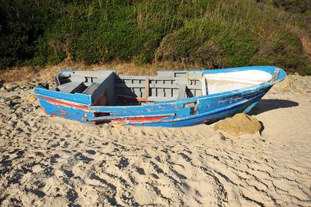 emigranti: Coste dell'Europa meridionale, Barca distrutto in riva al mare, l'immigrazione, senza speranza
