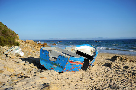 emigranti: Boat wreck on the sea shore, immigration, Strait of Gibraltar, southern Europe Archivio Fotografico