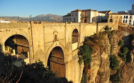 Vista monumental del Puente Nuevo, Tajo de Ronda, en la provincia de Málaga, Andalucía, España Foto de archivo - 44565924
