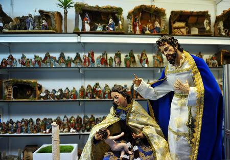 sacra famiglia: Figure Betlemme, Sacra Famiglia, mercatino di Natale Archivio Fotografico