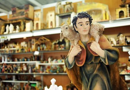 drover: The Shepherd with lamb, figures of Bethlehem, Christmas market Stock Photo