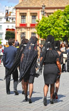 viernes santo: Las mujeres con velo y peineta para el Viernes Santo, Semana Santa, Sevilla, España