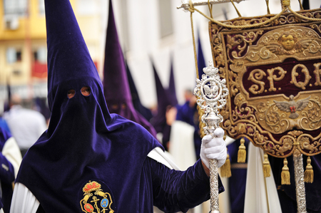 fraternidad: Semana Santa de Sevilla, nazarenos de la hermandad de la esperanza, Andalucía, España Foto de archivo
