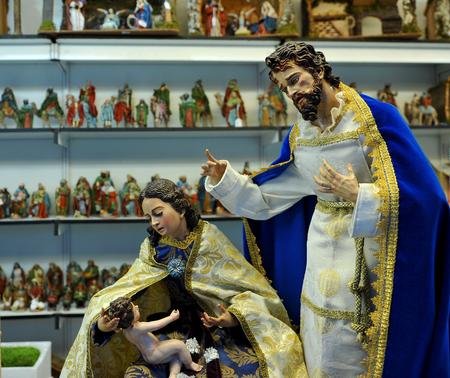 sacra famiglia: Mercatino di Natale, Santa Famiglia, piccole figure artigianali di Belen Archivio Fotografico