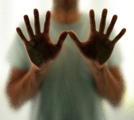L'homme derrière le verre, l'isolement et la solitude Banque d'images - 51983951
