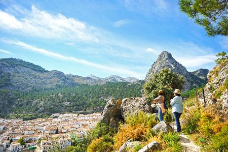 Deux femmes dans le parc naturel de la Sierra Grazalema dans la province de Cadix, villages blancs, Espagne Banque d'images - 49694208
