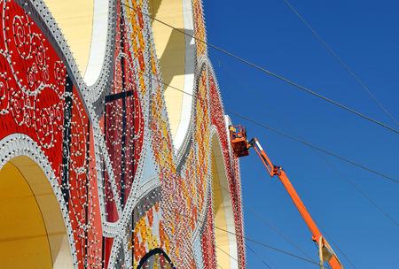 portada: Electrician placing the bulbs in the Fair of Sevilla, Spain Stock Photo