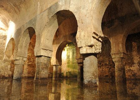 aljibe: cisterna árabe, ciudad monumental de Cáceres, Extremadura, España