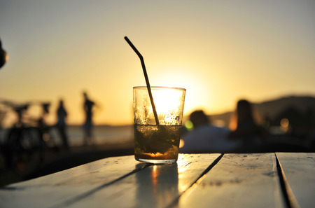 Cuban Mojito bei Sonnenuntergang an einem Strand-Bar Standard-Bild - 53989091