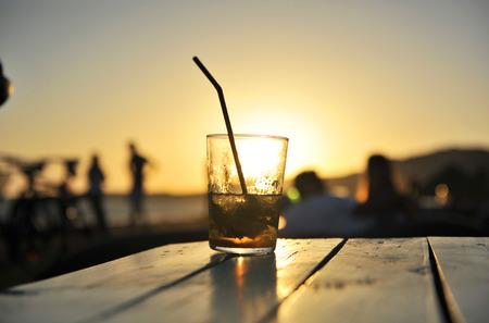 Mojito cubain au coucher du soleil sur un bar de la plage Banque d'images - 53989091