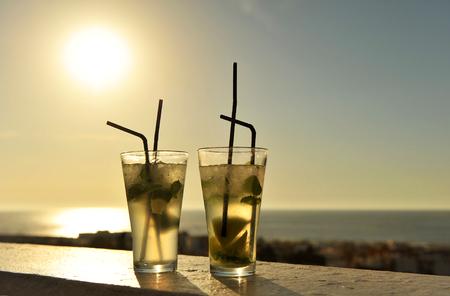 Mojito au coucher du soleil sur un bar de la plage Banque d'images - 53991862