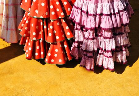 lunares rojos: trajes tradicionales de las mujeres para la feria de Sevilla, Andalucía, España