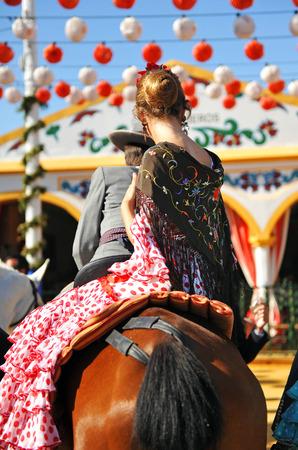 Andalusian Fiesta, couple riding through the fair in Seville Standard-Bild