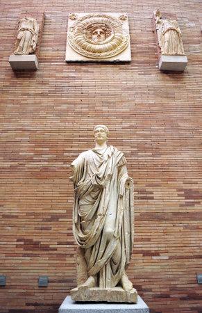 escultura romana: Escultura de un ciudadano romano túnica, Museo de Arte Romano de Mérida, Extremadura, España Editorial