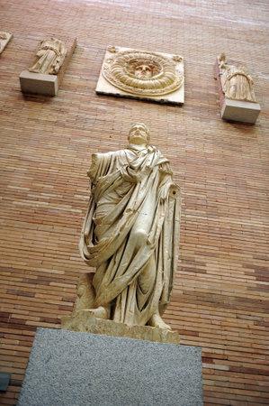 escultura romana: Escultura de un magistrado romano, Museo de Arte Romano de Mérida, Extremadura, España Editorial