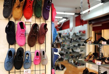tienda de zapatos: tienda de zapatos, botas para todas las edades Foto de archivo