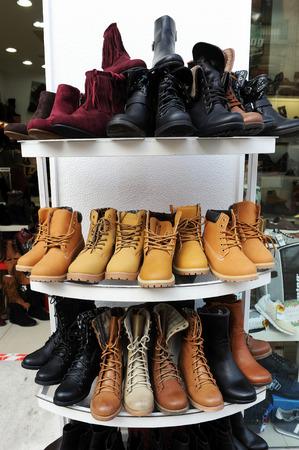 expositor: Calzado de invierno, botas de cuero para la venta