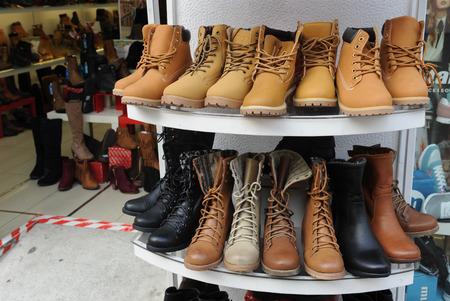 tienda de zapatos: tienda de zapatos, botas de cuero para la venta