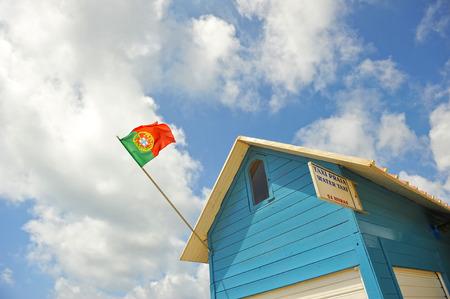 drapeau portugal: Beach Hut avec le Portugal drapeau dans l'�le de Culatra, Algarve, Portugal