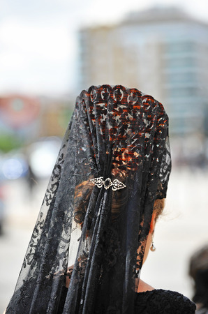 fraternidad: Mujer con velo y peineta para el Viernes Santo, Semana Santa de Sevilla, España