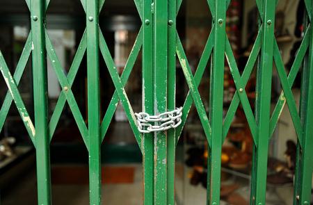 closed shop with chain Standard-Bild