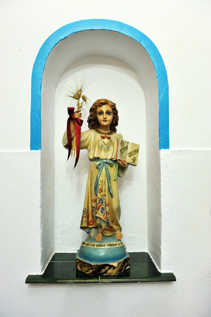 infant jesus: The infant Jesus in a niche, religious kitsch art