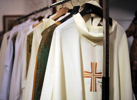 stole: Dentro de la sacristía de una iglesia católica, casullas para sacerdotes