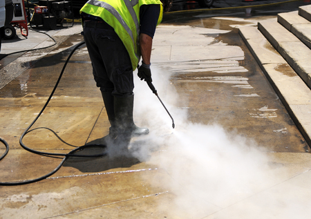 steam jet: cleaning with pressurized water of the pavement of the street