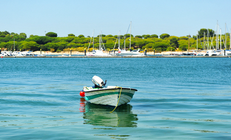 Bateau à moteur dans El Rompido, province de Huelva, Andalousie, Espagne