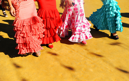 박람회, 세비야, 스페인에서 산책하는 스페인 여성들