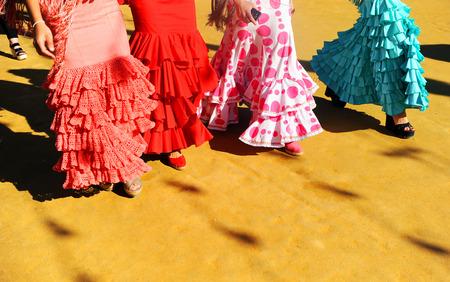 Spaanse vrouwen lopen op de beurs, Sevilla, Spanje