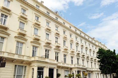 Building of apartments in Bayswater, victorian architecture, London, U.K. Banque d'images - 106854351
