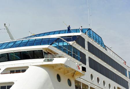 クルーズ船の窓を拭き