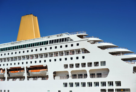 Luxus Kreuzfahrtschiff im Hafen Standard-Bild