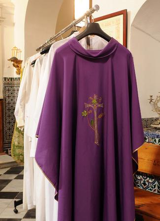 Paars chasuble voor priester