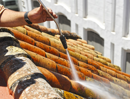 Clean the roof of the house with high pressure water Stok Fotoğraf - 81912604