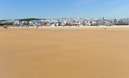 La magnifique et populaire plage de Bateles à Conil de la Frontera, village andalou de la côte de Cadix, en Espagne Banque d'images