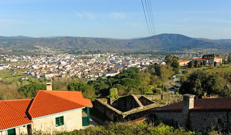Vue panoramique sur Verin, Galice, Espagne. Verin est une ville dans la province d'Ourense à travers laquelle le chemin de Saint-Jacques (Camino de Santiago) passe, en particulier la Via de la Plata de Séville à Saint Jacques de Compostelle