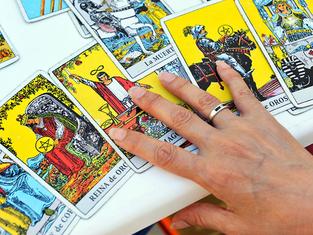 Woman reading tarot cards Banque d'images - 106846597