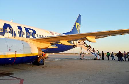 Passengers boarding the jetplane in Faro International Airport, Algarve Region, Portugal Banque d'images - 106711904