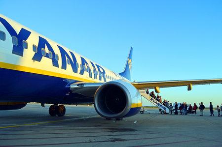 Passengers boarding the jetplane, Faro International Airport, Algarve, Portugal Banque d'images - 106711905