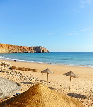 Umbrellas in Mareta Beach, Sagres, beaches of Algarve Region, South of Portugal Banque d'images - 106708300