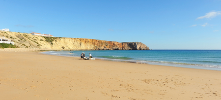 People in Mareta Beach of Sagres, one of the beaches most visited by European tourism. Algarve, south of Portugal. Banque d'images - 106187965