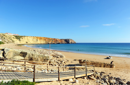 Beach of Mareta in Sagres, one of the most visited by European tourism. Algarve, south of Portugal. Banque d'images - 106187966