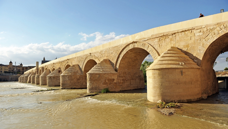The Roman Bridge of Cordoba with the Cathedral - Mosque in background, Andalusia, Spain Banque d'images - 106712528