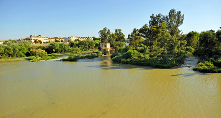 Landscape of the Guadalquivir River as it passes through Cordoba, Andalusia, Spain Banque d'images - 106708442