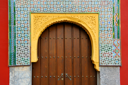 Door of an old house. Mudejar architecture in Cordoba, Andalusia, Spain Banque d'images - 106726924