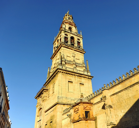 Bell tower, old minaret of the famous Mosque (Mezquita de Cordoba) now catholic Cathedral, one of the most visited monuments of Andalusia and Spain. Banque d'images - 106726925