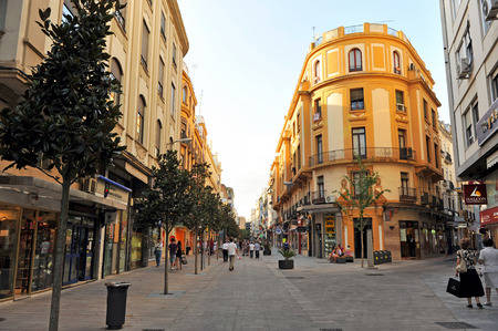 The commercial street Jose Cruz Conde, pedestrian street of shops and stores in the downtown of Córdoba, Andalusia, Spain Banque d'images - 106712542