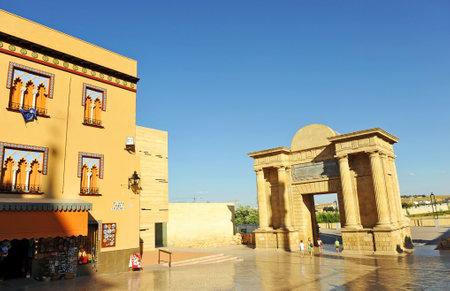 Bridge Gate (Puerta del Puente), Triumphal Arch located in Square of Triumph (Plaza del Triunfo) at entrance of the Roman Bridge in Cordoba, Andalusia, Spain Banque d'images - 106712534